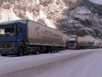 На КПП 'Верхний Ларс' скопилось почти 400 грузовиков