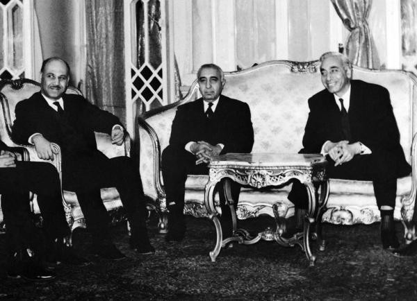 Амин Аль-Хафез (первый справа)
