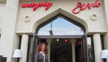 Алин Камакян на фоне первого ресторана