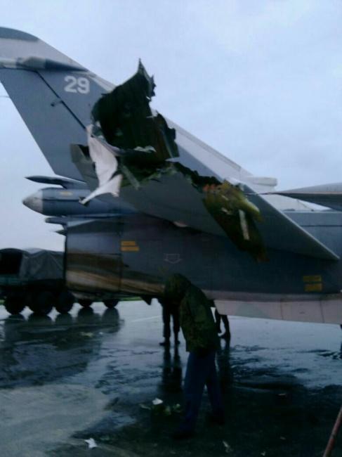 Повреждения российского самолета после обстрела авиабазы