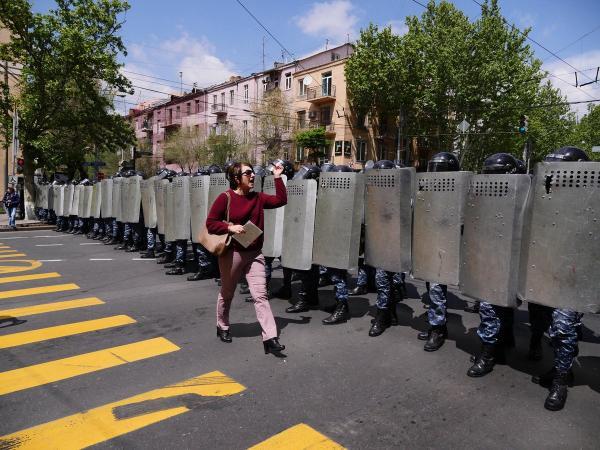 революция полиция баба в розовых штанах