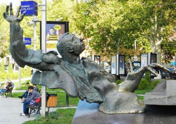 памятник Арно Бабаджанян