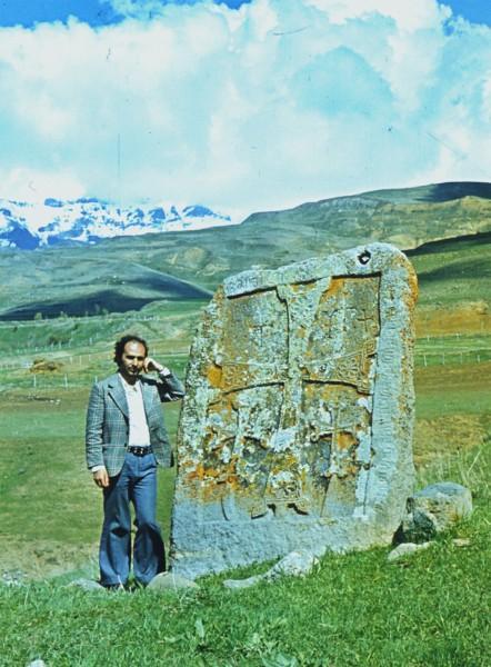 Аргам Айвазян возле хачкара XIV века в Норсе