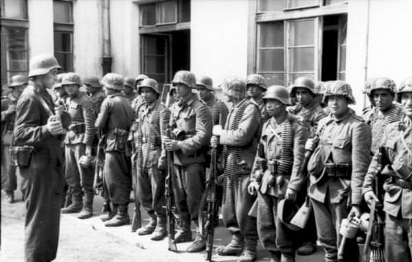 Солдаты 1111-го азербайджанского пехотного батальона участвовавшего в подавлении Варшавского восстания Август 1944