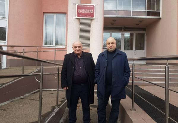 Адвокаты Фахраддина Аббосзода Карен Нерсисян и Рубен Киракосян у суда где Абосзада был похищен