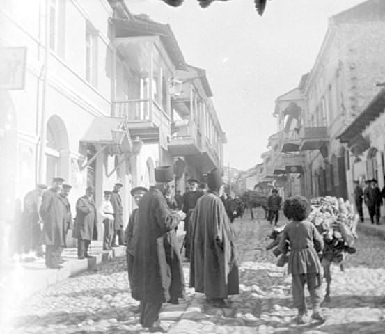 На улице Шуши в 1-й армянской части города - армяне и «татары»