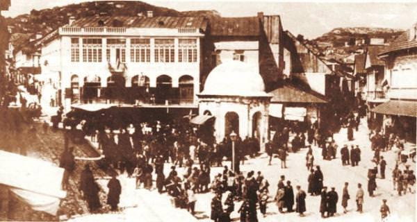 Центральная площадь Шуши на втором плане слева от водоразборной колонки - здание городской управы (мэрии)
