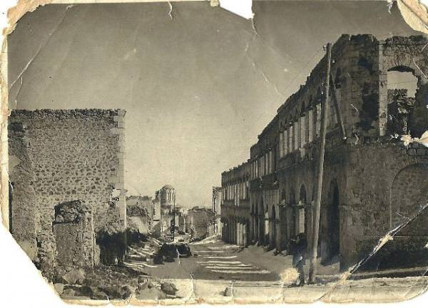 Одна из центральных улиц верхней части города дома которой легко могли быть восстановлены в 1920-х годах Фото 1940-х гг