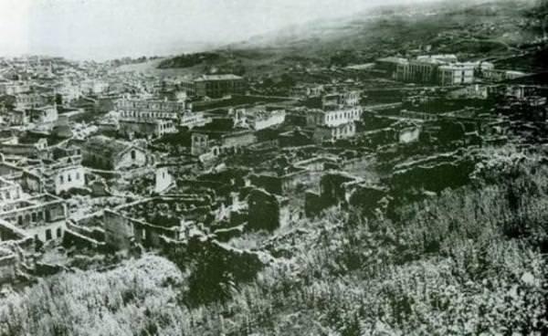 Вид на развалины квартала Мегрецоц - слева – одноимённая церковь - на заднем плане справа вверху – уцелевшее при пожаре здание Реального училища