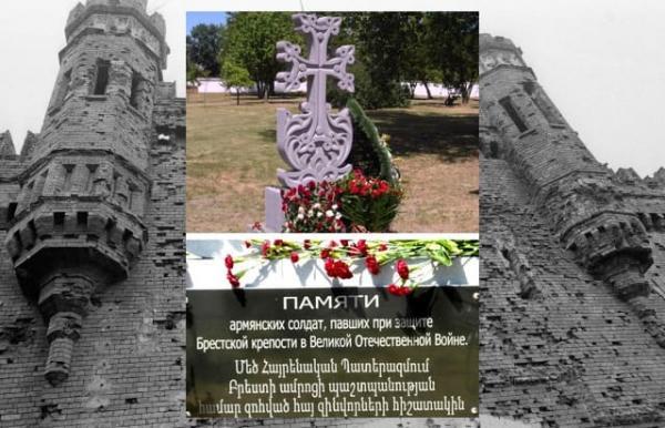 Хачкар в Бресте на фоне крепости