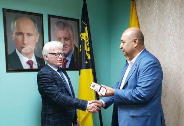 Ханоглан Алиев вручает Роману Агаеву удостоверение